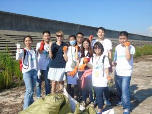 Beach Cleanup -Laura and the Shanghai Rendu Team